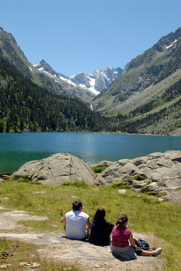 Σύντομο διάλειμμα μπροστά από τη λίμνη Gaube στοκ εικόνα με δικαίωμα ελεύθερης χρήσης