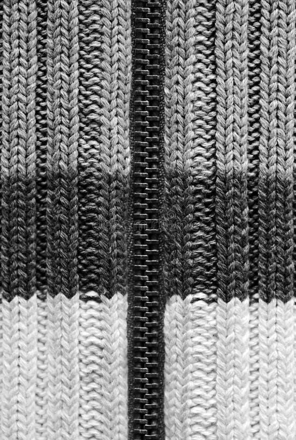 Σύσταση του πλεκτού υφάσματος μαλλιού, μάλλινο ύφασμα με το φερμουάρ, ριγωτό θερμό πλέκοντας πουλόβερ στοκ φωτογραφία με δικαίωμα ελεύθερης χρήσης