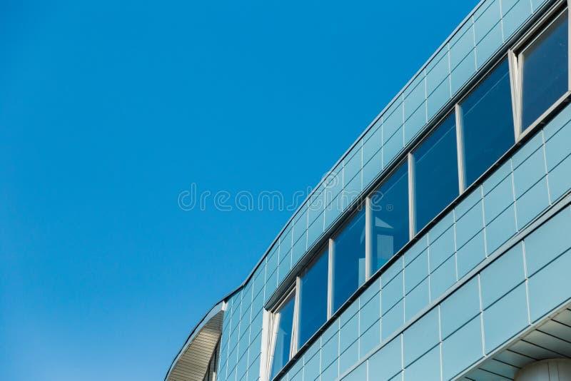 Στέγη ενός σύγχρονου κτηρίου ενάντια στον ουρανό στοκ φωτογραφίες με δικαίωμα ελεύθερης χρήσης