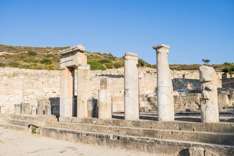 Στήλες του δωρικού ναού στην πόλη Kamiros Σπίτια Hellenistic στην αρχαία πόλη Kamiros, νησί της Ρόδου, Ελλάδα στοκ φωτογραφία με δικαίωμα ελεύθερης χρήσης