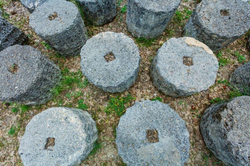 Στήλη στις καταστροφές της πόλης αρχαίου Έλληνα Διάσημη αρχαιολογική περιοχή της Ολυμπία Ελλάδα στοκ εικόνα