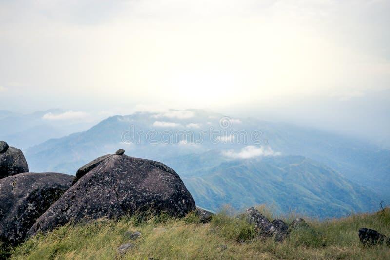 Στεμένος κενός πάνω από μια θέα βουνού πέρα από τη misty και ομιχλώδη ανατολή πρωινού, οδοιπορία ταξιδιού στοκ εικόνες
