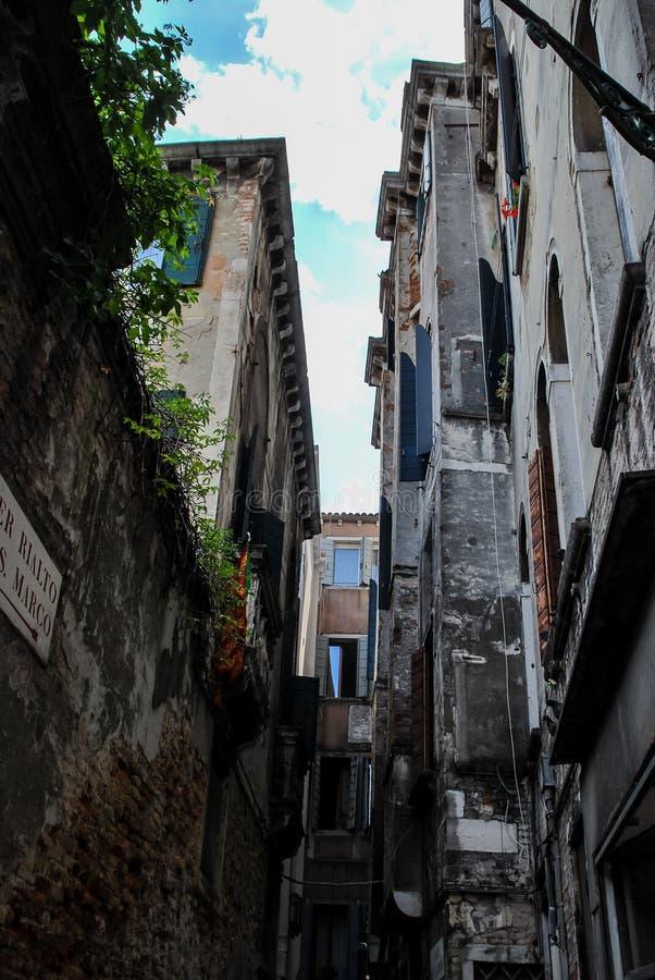 στενή οδός στην παλαιά πόλη του Ταλίν, ψηφιακή εικόνα φωτογραφιών ως υπόβαθρο στοκ εικόνες με δικαίωμα ελεύθερης χρήσης