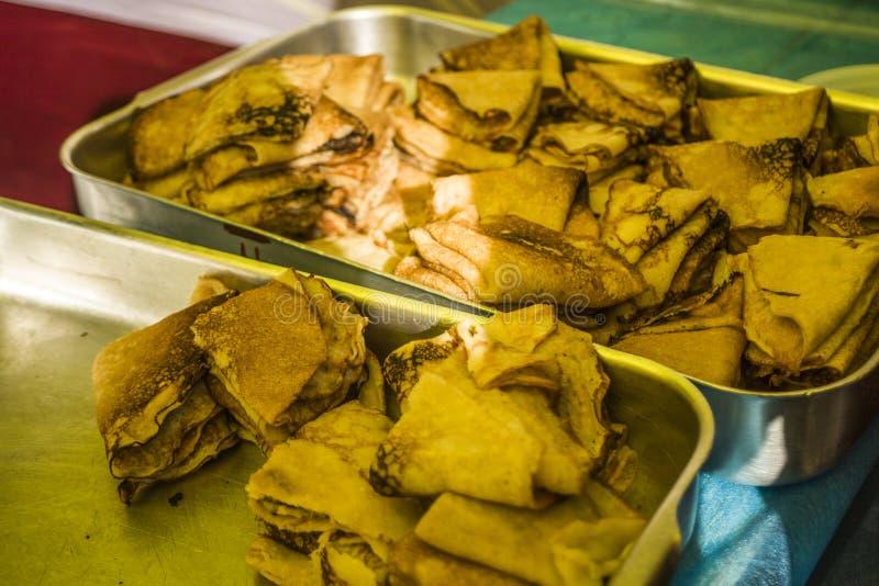 στενός παραδοσιακός επάνω τηγανιτών τροφίμων μαγειρέματος Τηγανίτες σε έναν δίσκο Εορτασμός της εθνικής εορτής Ρωσικές τηγανίτες  στοκ εικόνες