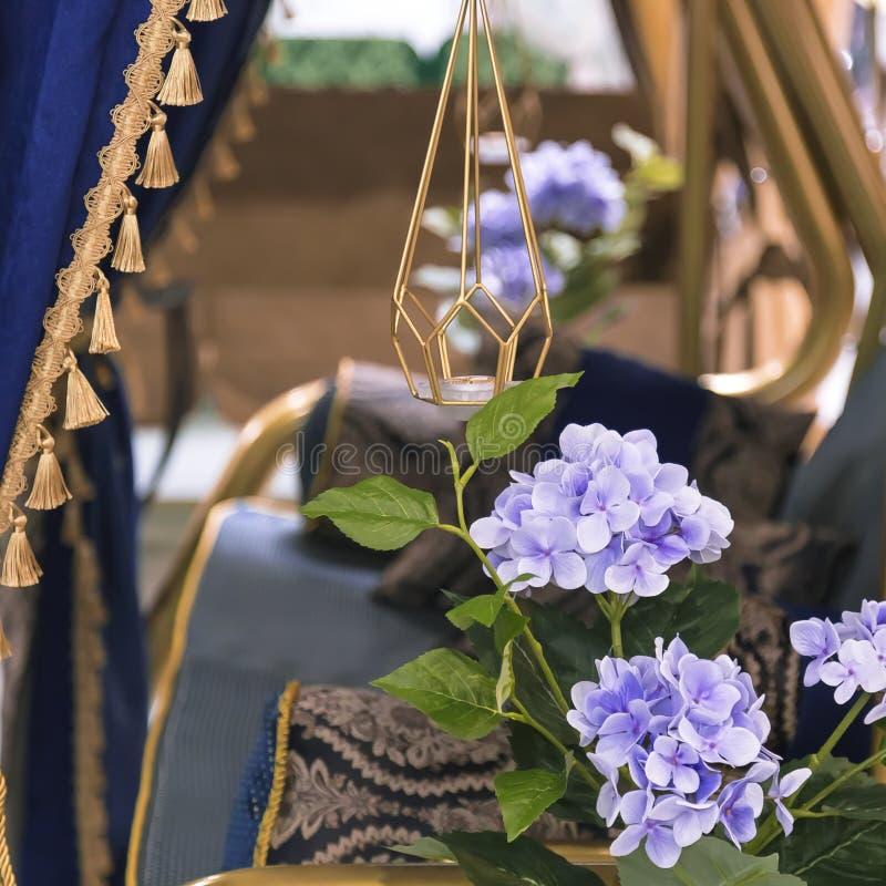 Στοιχεία και λεπτομέρειες του κήπου και του εγχώριων ντεκόρ και του εσωτερικού Χρυσό μπλε υπόβαθρο με τα πορφυρά λουλούδια του hy στοκ εικόνες
