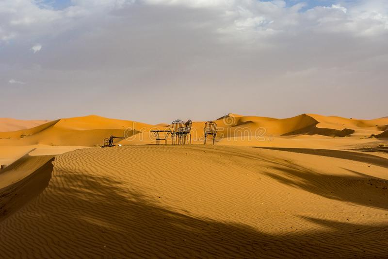 Στους αμμόλοφους Erg Chebbi κοντά σε Merzouga στο νοτιοανατολικό Μαρόκο στοκ εικόνες