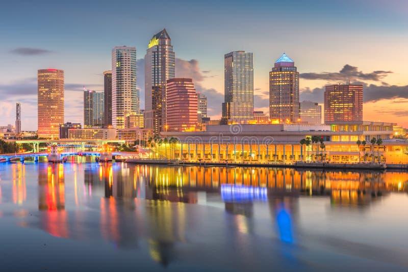 Στο κέντρο της πόλης ορίζοντας της Τάμπα, Φλώριδα, ΗΠΑ στον κόλπο στοκ φωτογραφία με δικαίωμα ελεύθερης χρήσης