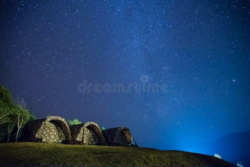 Στρατοπεδεύοντας με τα αστέρια στο νυχτερινό ουρανό - Doy Samur Dow, γιαγιά, Ταϊλάνδη στοκ εικόνες με δικαίωμα ελεύθερης χρήσης