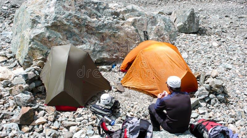 Στρατόπεδο βάσεων και ορειβάτης βουνών στην αγριότητα των γαλλικών Άλπεων rmeote στοκ εικόνα