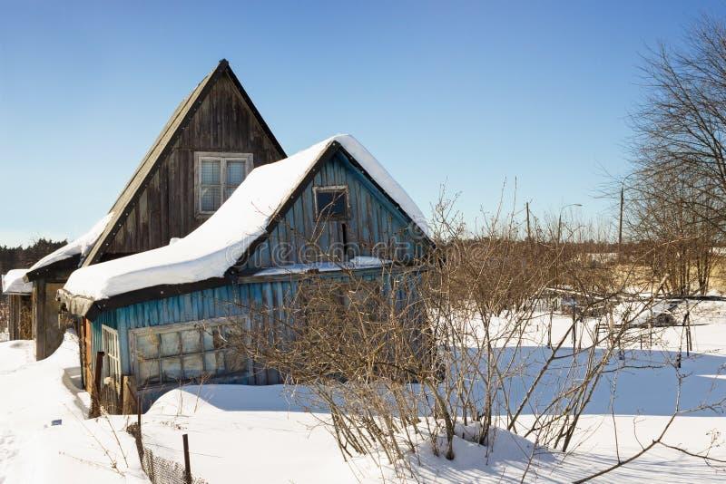 Στριμμένο ξύλινο σπίτι σε έναν εγκαταλειμμένο κήπο στοκ φωτογραφία με δικαίωμα ελεύθερης χρήσης