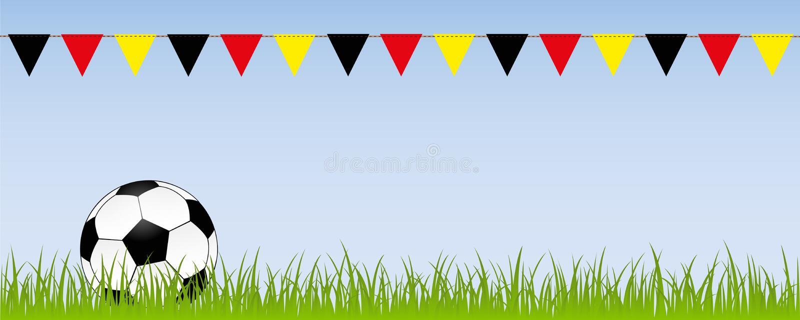 Σφαίρα ποδοσφαίρου ποδοσφαίρου στο πράσινο λιβάδι με τις σημαίες στα γερμανικά χρώματα ελεύθερη απεικόνιση δικαιώματος