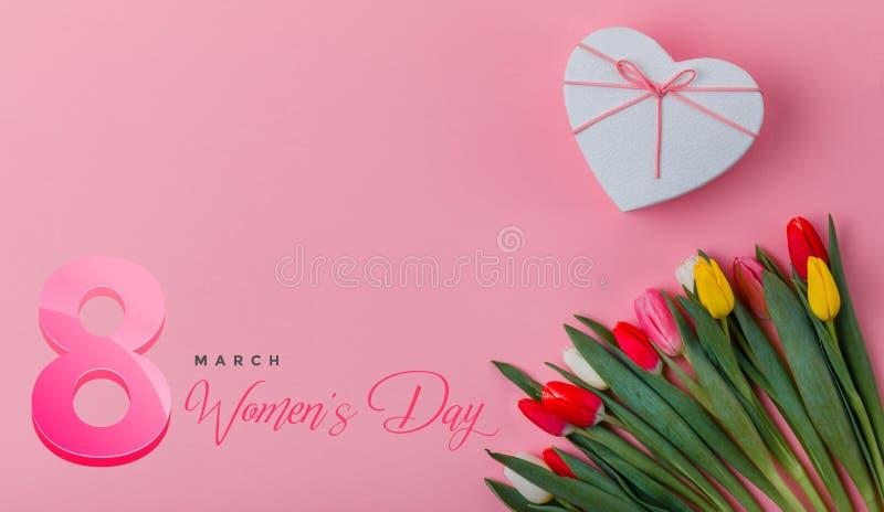 Σχέδιο ημέρας των διεθνών γυναικών στις 8 Μαρτίου Λουλούδια τουλιπών στο υπόβαθρο στοκ φωτογραφίες