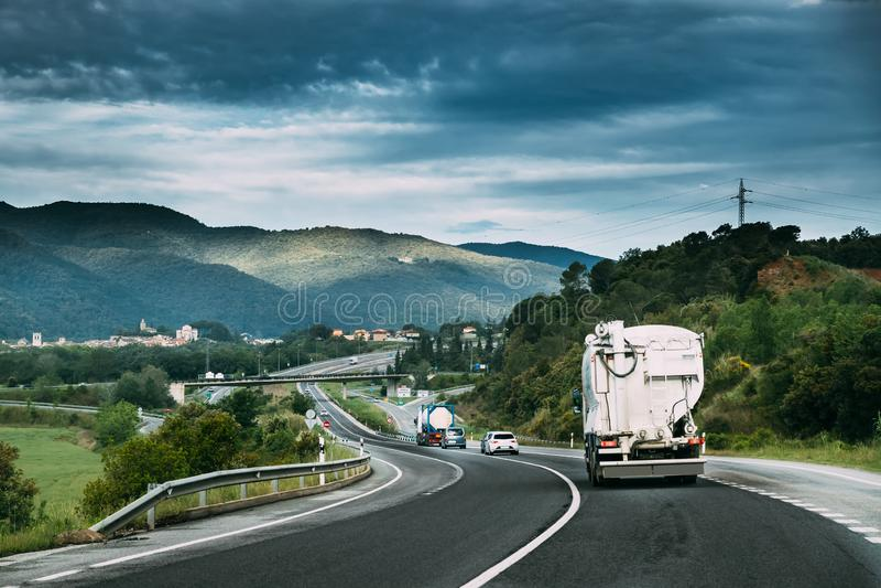 Συγκεκριμένη μεταφορών μονάδα αναμικτών φορτηγών τράνζιτ στην κίνηση στη εθνική οδό, αυτοκινητόδρομος Εθνική οδός αυτοκινητόδρομω στοκ εικόνες