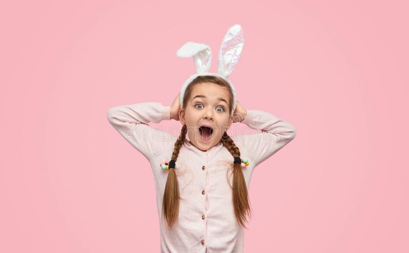 Συγκινημένο κορίτσι στα άσπρα αυτιά που κραυγάζει ευτυχώς στοκ φωτογραφία με δικαίωμα ελεύθερης χρήσης