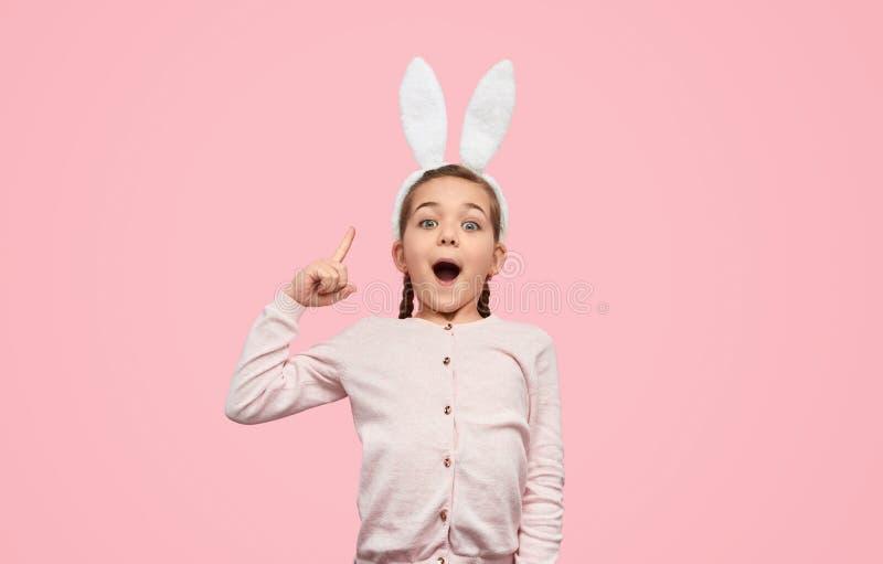 Συγκινημένο κορίτσι στα αυτιά λαγουδάκι που έχουν τη μεγάλη ιδέα στοκ εικόνες με δικαίωμα ελεύθερης χρήσης