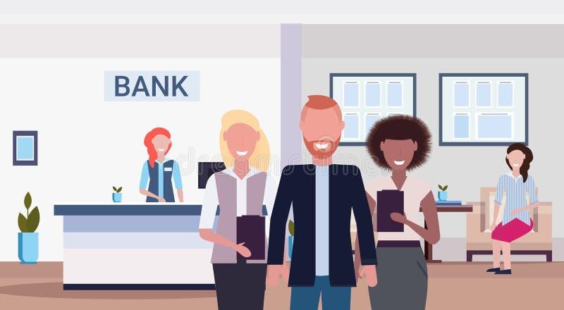 Συνάδελφοι φυλών μιγμάτων που χαμογελούν τους τραπεζικούς διευθυντές που στέκονται μαζί το σύγχρονο εσωτερικό οριζόντιο επίπεδο γ απεικόνιση αποθεμάτων