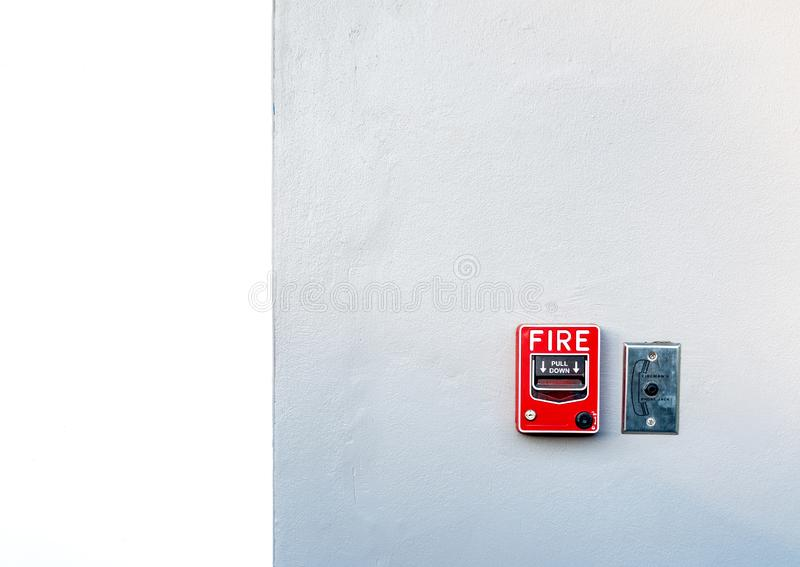 Συναγερμός πυρκαγιάς στον άσπρο συμπαγή τοίχο Προειδοποίηση και σύστημα ασφαλείας Εξοπλισμός έκτακτης ανάγκης για την επιφυλακή α στοκ φωτογραφία με δικαίωμα ελεύθερης χρήσης