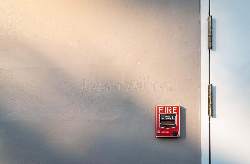 Συναγερμός πυρκαγιάς στο σκούρο γκρι συμπαγή τοίχο Προειδοποίηση και σύστημα ασφαλείας Εξοπλισμός έκτακτης ανάγκης για την επιφυλ στοκ εικόνες