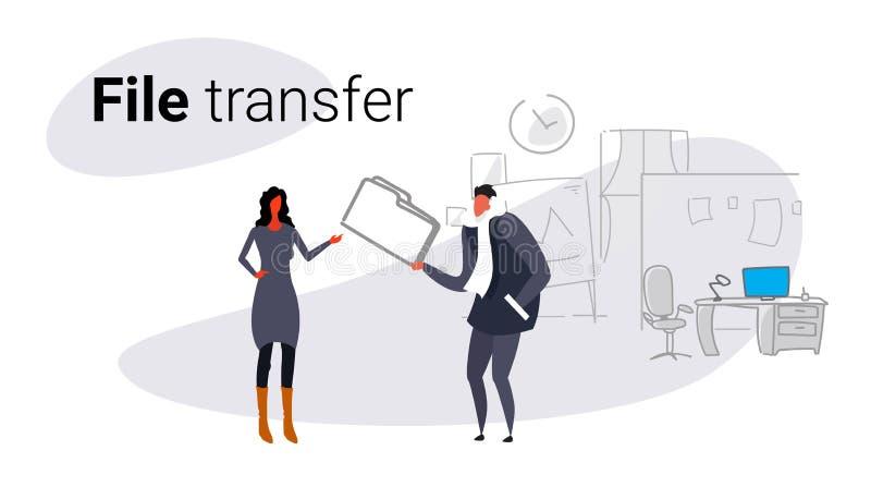 Συνεδρίαση του ζεύγους στον ομο-εργαζόμενο επιχειρηματία διανομής ιδιωτικών στοιχείων που δίνει τον εμπιστευτικό φάκελλο εγγράφων ελεύθερη απεικόνιση δικαιώματος
