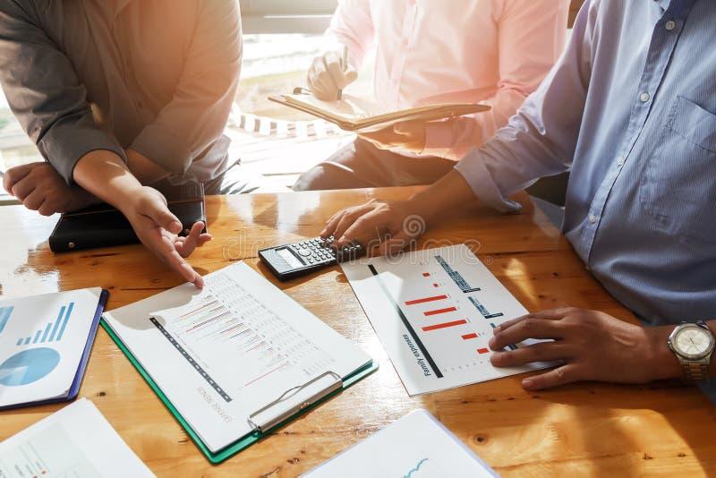 Συνεδρίαση των επιχειρησιακών ομάδων και συζήτηση του σχεδίου προγράμματος στοκ εικόνα