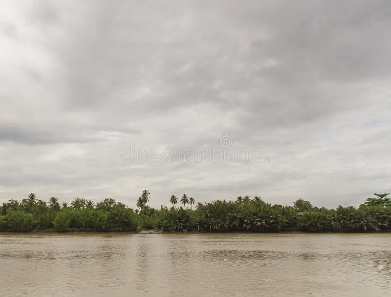 Συννεφιασμένος με μια σκηνή ποταμών στοκ εικόνες με δικαίωμα ελεύθερης χρήσης