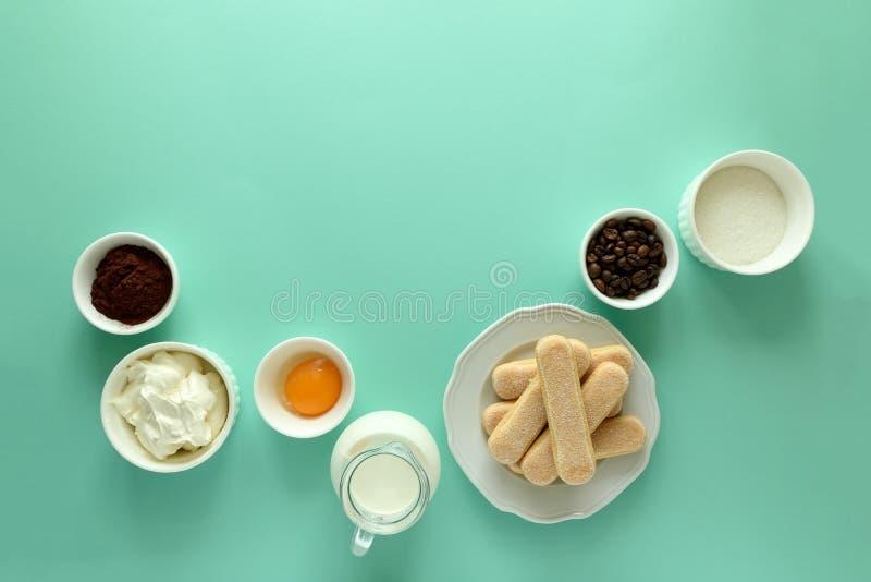 Συστατικά για το tiramisu μαγειρέματος: μπισκότα Savoiardi, Ladyfinger, μπισκότο, mascarpone, κρέμα, ζάχαρη, κακάο, καφές δάχτυλω στοκ φωτογραφίες με δικαίωμα ελεύθερης χρήσης