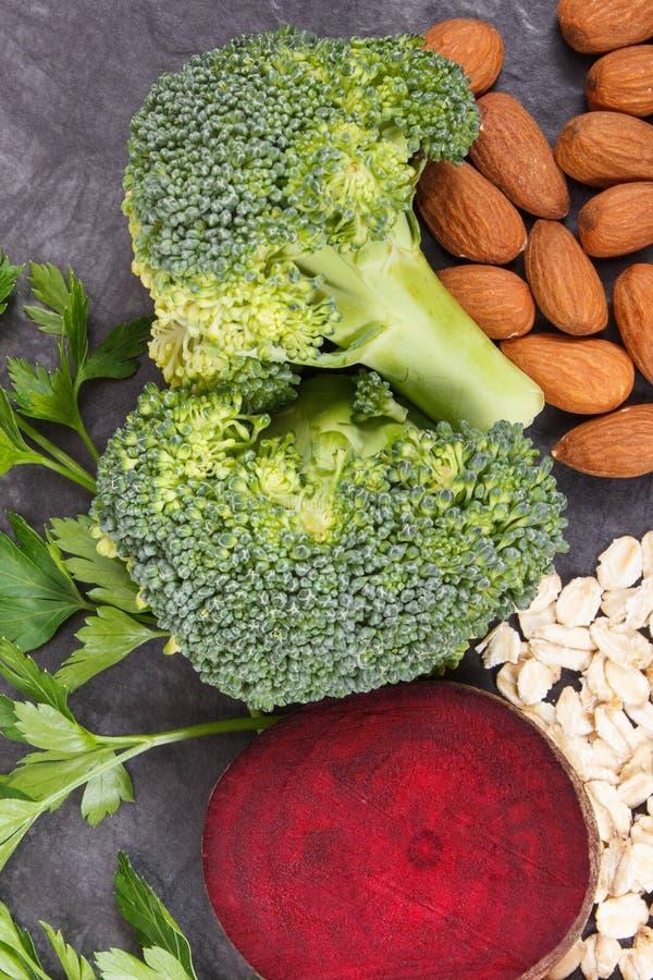 Συστατικά που περιέχουν τις βιταμίνες και τα ανόργανα άλατα, υγιή τρόφιμα που συστήνονται για την υπέρταση ή διαβήτης στοκ εικόνα
