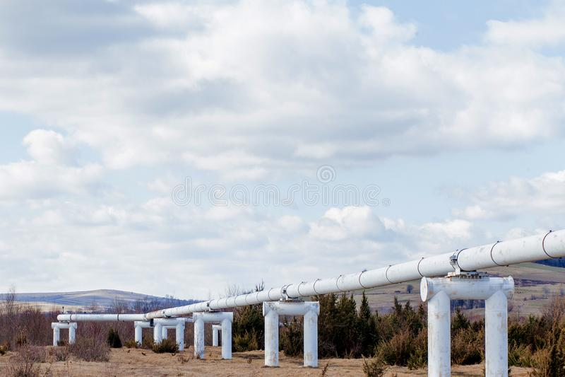 Σωλήνες μετάλλων κινηματογραφήσεων σε πρώτο πλάνο στον τομέα σωλήνες από τη σωλήνωση αγωγός υγραερίου για την άντληση αερίου θερμ στοκ φωτογραφίες με δικαίωμα ελεύθερης χρήσης