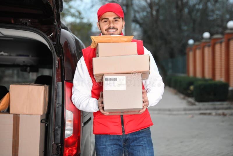Σωρός εκμετάλλευσης Deliveryman των δεμάτων στοκ φωτογραφίες