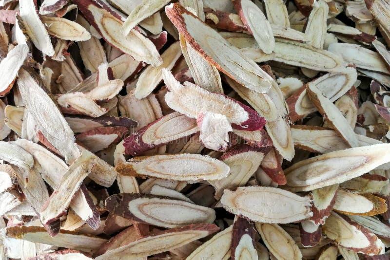 Σωρός της ξηράς και τεμαχισμένης liquorice ρίζας στοκ εικόνες
