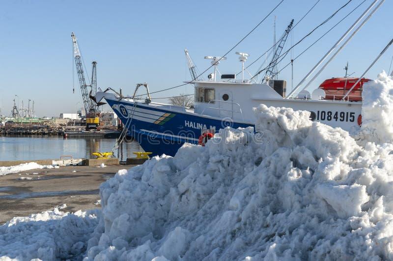 Σωρός του χιονιού στην αποβάθρα κοντά στο εμπορικό αλιευτικό σκάφος Halina Μ στοκ εικόνες