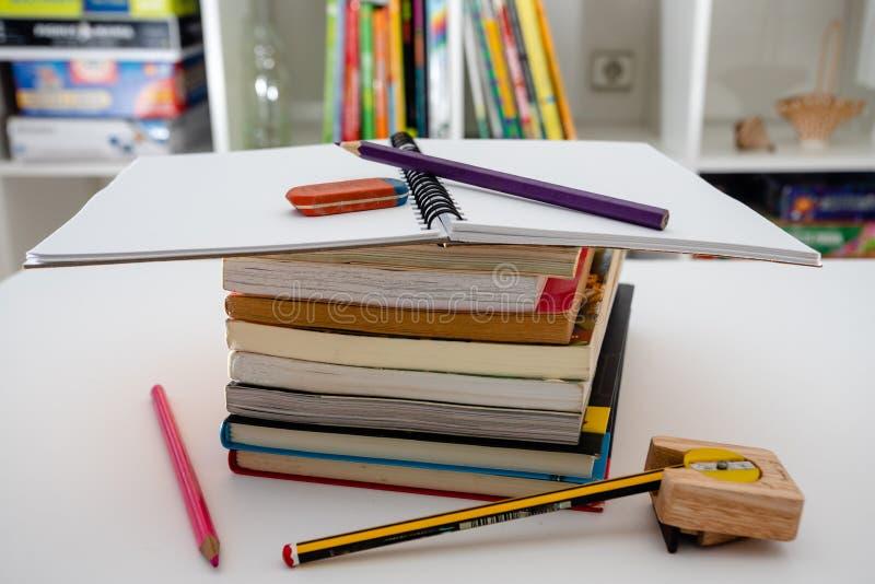 Σωρός των βιβλίων και των χαρτικών στο άσπρο υπόβαθρο να κάνει την εργασία στοκ εικόνες με δικαίωμα ελεύθερης χρήσης