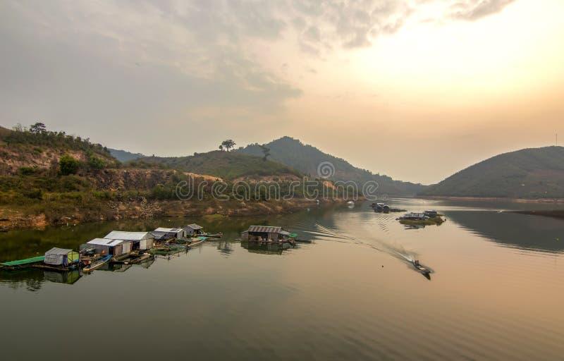 Σπίτια και ειρηνική ζωή στο Κα Nam λιμνών, LAK Dac, Βιετνάμ στοκ εικόνες με δικαίωμα ελεύθερης χρήσης
