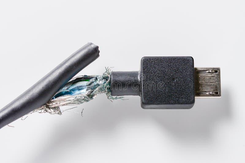 Σπασμένο μαύρο καλώδιο usb σε ένα άσπρο υπόβαθρο στοκ φωτογραφίες με δικαίωμα ελεύθερης χρήσης
