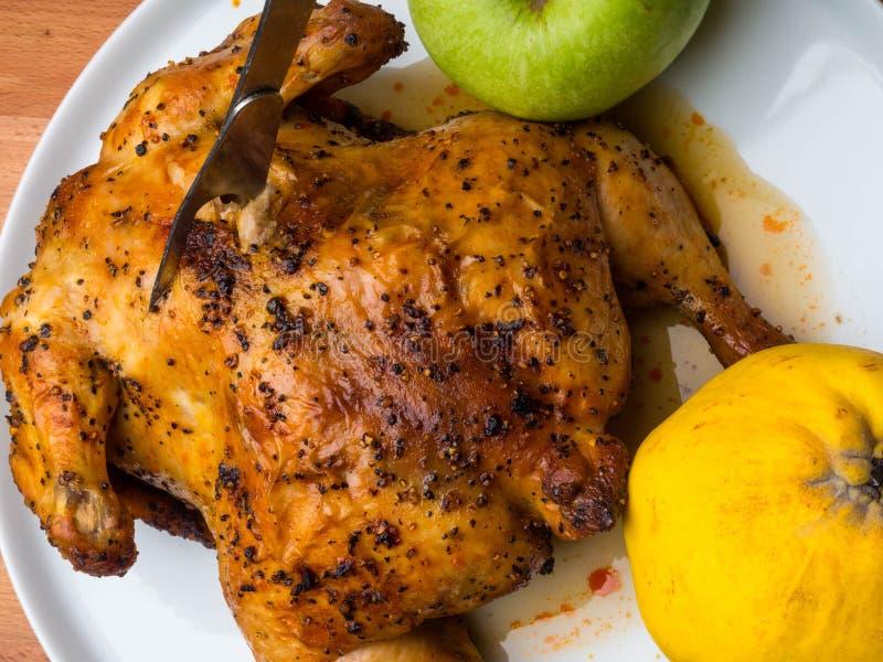 Σπιτικό ολόκληρο ψημένο κοτόπουλο για ένα εορταστικό γεύμα Νόστιμοι πλούσιοι τροφίμων με την πρωτεΐνη στοκ εικόνες με δικαίωμα ελεύθερης χρήσης