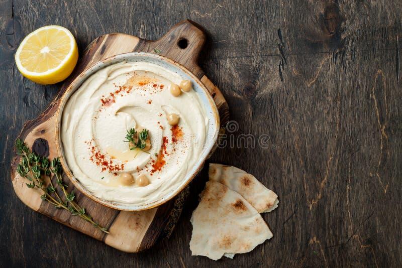 Σπιτικό hummus με την πάπρικα, θυμάρι, ελαιόλαδο Μεσο-Ανατολική παραδοσιακή και αυθεντική αραβική κουζίνα στοκ φωτογραφίες με δικαίωμα ελεύθερης χρήσης