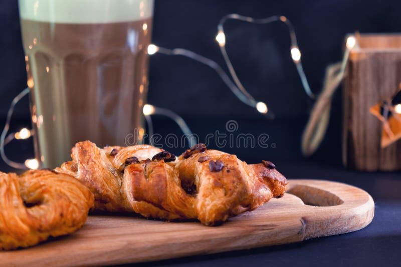 Ψάθινο κέικ της ζύμης ριπών Εύγευστο επιδόρπιο με τη σοκολάτα στοκ εικόνες
