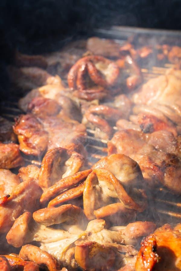 Ψημένα στη σχάρα έντερα χοιρινού κρέατος με τον καπνό στον ξυλάνθρακα σομπών στοκ φωτογραφίες με δικαίωμα ελεύθερης χρήσης