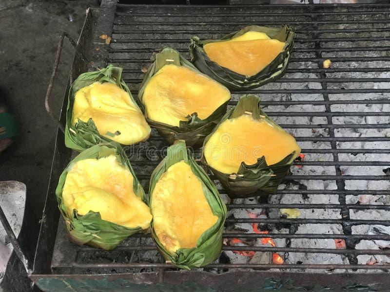 Ψημένα στη σχάρα αυγά στο φλυτζάνι φύλλων μπανανών στοκ εικόνες με δικαίωμα ελεύθερης χρήσης