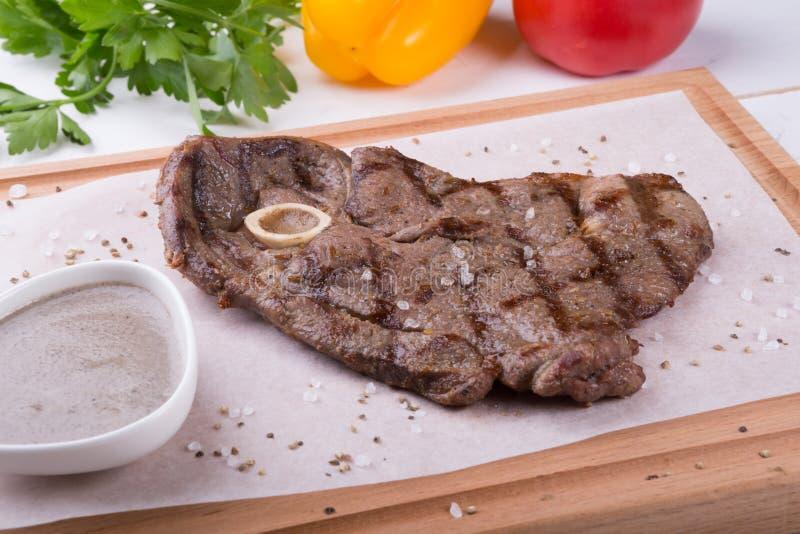 Ψημένη στη σχάρα μπριζόλα βόειου κρέατος με το κόκκαλο στοκ εικόνα με δικαίωμα ελεύθερης χρήσης