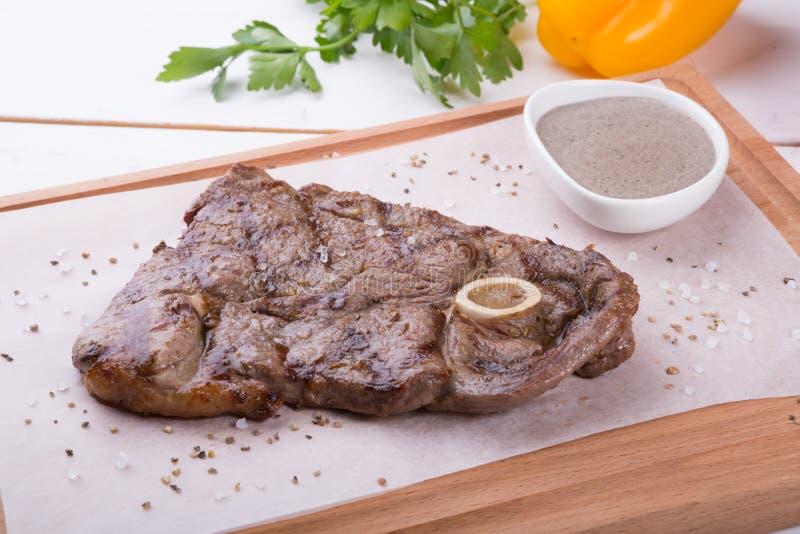 Ψημένη στη σχάρα μπριζόλα βόειου κρέατος με το κόκκαλο στοκ εικόνα