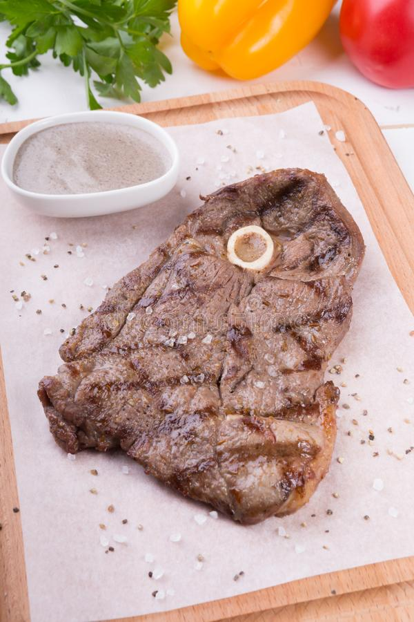 Ψημένη στη σχάρα μπριζόλα βόειου κρέατος με το κόκκαλο στοκ φωτογραφίες