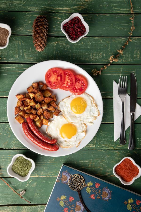 Ψημένο λουκάνικο με τα αυγά και την πατάτα στοκ εικόνες