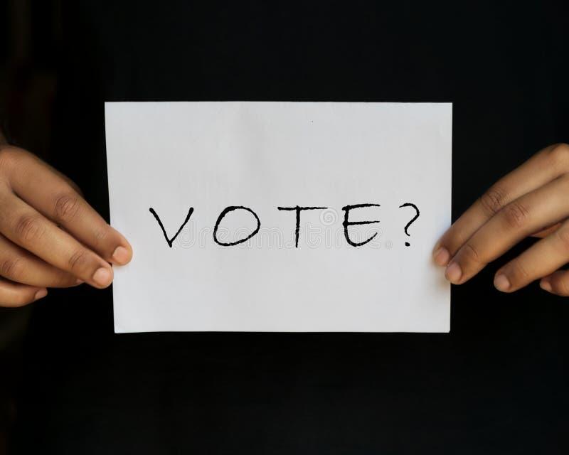 Ψηφοφορία με την εκμετάλλευση ερωτηματικών στα χέρια στοκ εικόνες με δικαίωμα ελεύθερης χρήσης