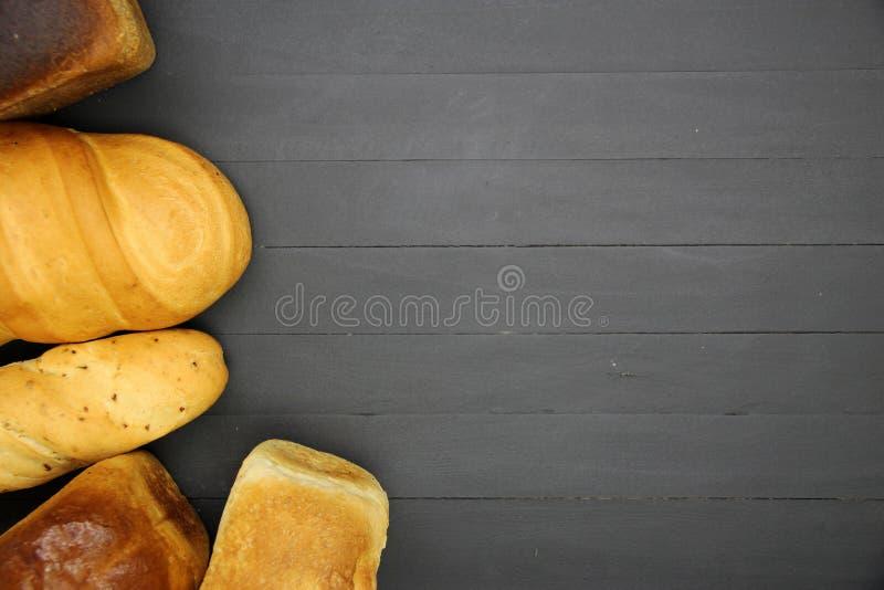Ψωμί στον ξύλινο πίνακα στοκ εικόνα