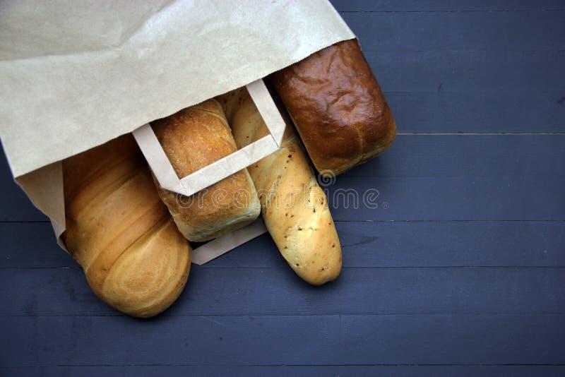 Ψωμί στον ξύλινο πίνακα στοκ εικόνα με δικαίωμα ελεύθερης χρήσης