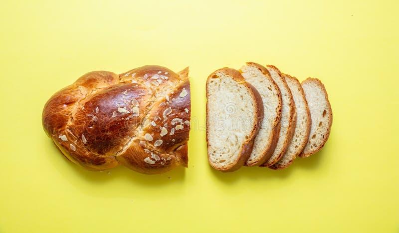 Ψωμί Πάσχας, ελληνική πλεξούδα tsoureki στο κίτρινο χρώμα, τοπ άποψη στοκ εικόνα