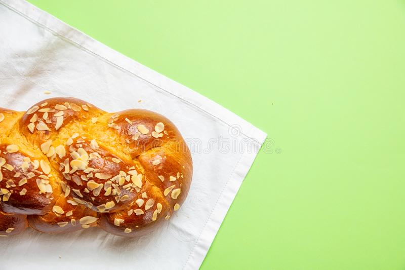 Ψωμί Πάσχας, ελληνική πλεξούδα tsoureki στο πράσινο χρώμα, τοπ άποψη στοκ εικόνες με δικαίωμα ελεύθερης χρήσης
