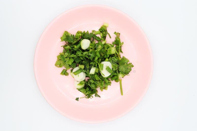 Ψωνισμένο κορίανδρο στο ρόδινο πιάτο στο άσπρο υπόβαθρο στοκ φωτογραφία με δικαίωμα ελεύθερης χρήσης