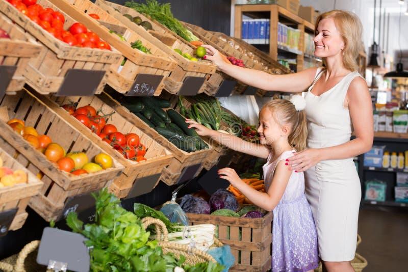 """ï"""" ¿- klanten die groenten kiezen royalty-vrije stock afbeelding"""